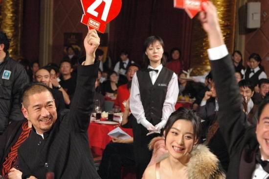 组图:《天下无贼》北京慈善首映--现场拍卖