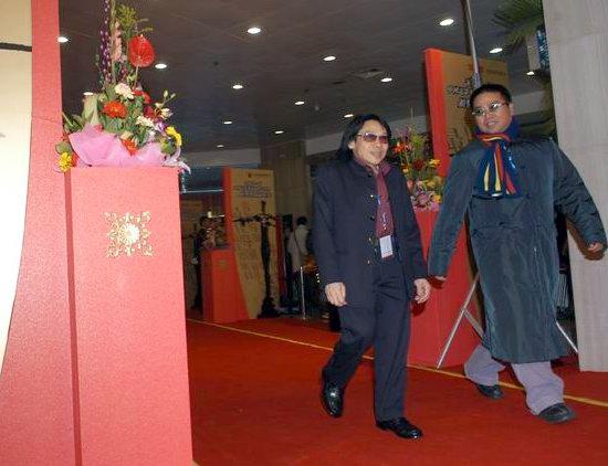 图文:泰迪罗宾与陈果到达颁奖典礼现场