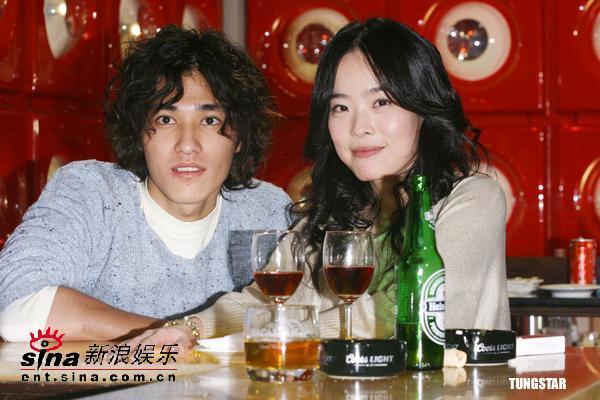 组图:蓝正龙李康宜拍《恋人》酒桌上相谈甚欢