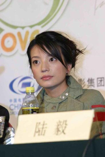 图文:赵薇出席《情人结》北京首映礼