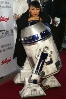 图文:《星战前传3》美国首映白灵与R2D2合影