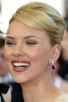 图文:《赛末点》戛纳首映-斯嘉丽笑容迷人