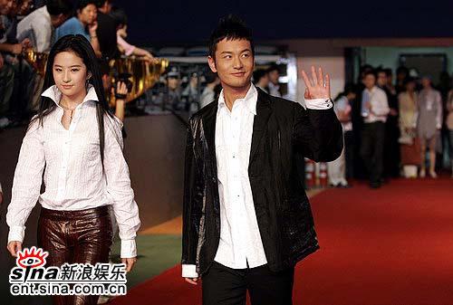 图文:刘亦菲走红毯电力十足黄晓明微笑迷人