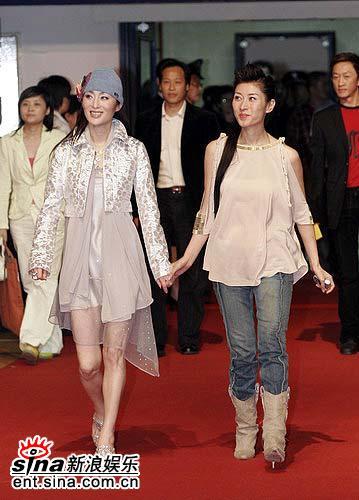 图文:著名影星张敏、主持人李霞共同步上红毯