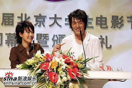 图文:马伊俐与胡歌担任颁奖嘉宾宣布获奖名单