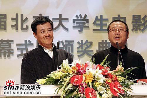 图文:赵本山范伟老搭档再次合作颁奖不忘幽默