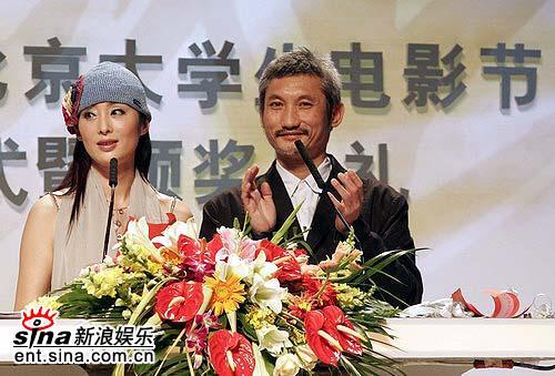 图文:张敏优雅宣布奖项结果搭档徐克鼓掌致贺