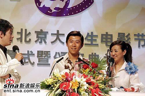 图文:最佳男演员夏雨登台领奖神态惊喜非常