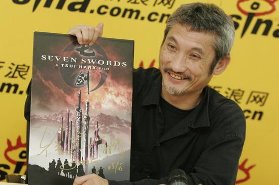 图文:徐克作客新浪聊电影《七剑》--举起海报