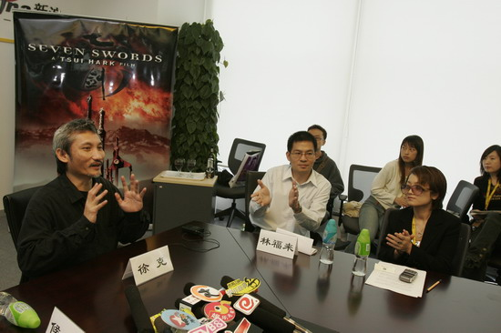 图文:徐克作客新浪聊电影《七剑》--与工作人员
