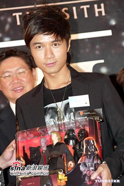 图文:《星战前传3》香港首映-古巨基展示收藏