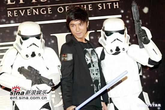 图文:《星战前传3》香港首映-古巨基大舞光剑