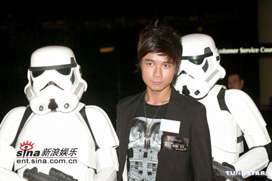 图文:《星战前传3》香港首映-古巨基与帝国兵