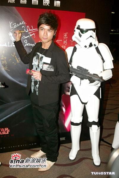 图文:《星战前传3》香港首映-古巨基签名留念