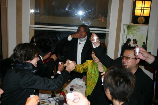 图文:《青红》戛纳庆功宴-王小帅举杯祝酒
