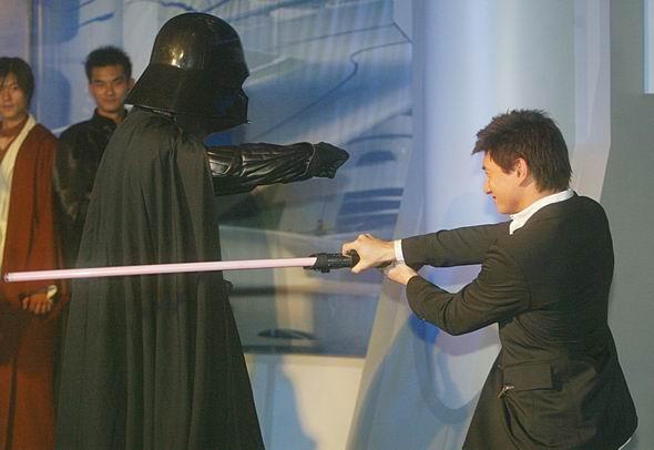 图文:《星战前传3》北京首映-吴奇隆挥剑出招