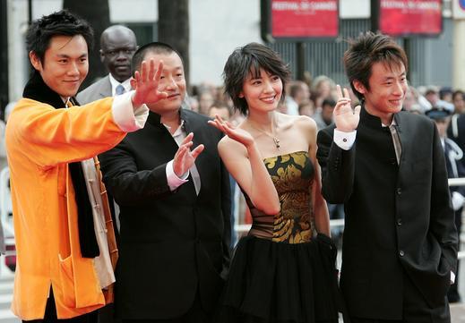 图文:《青红》戛纳首映-四主创向影迷挥手致意