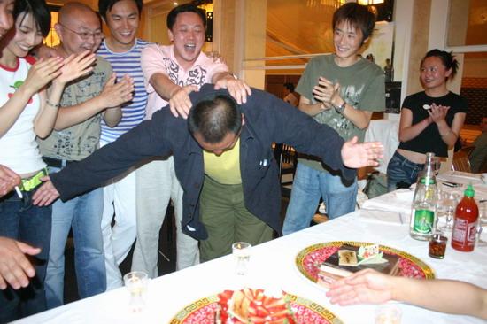 图文:王小帅戛纳庆祝生日--王小帅深鞠躬