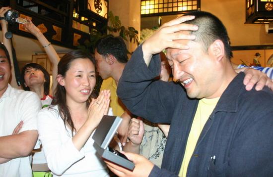 图文:王小帅戛纳庆祝生日--获赠万宝龙钢笔