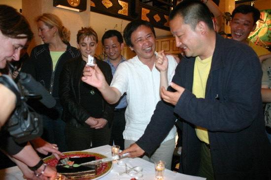 图文:王小帅戛纳庆祝生日--王小帅切蛋糕