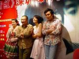 组图:《青红》首映到深圳高圆圆摆POSE显清纯