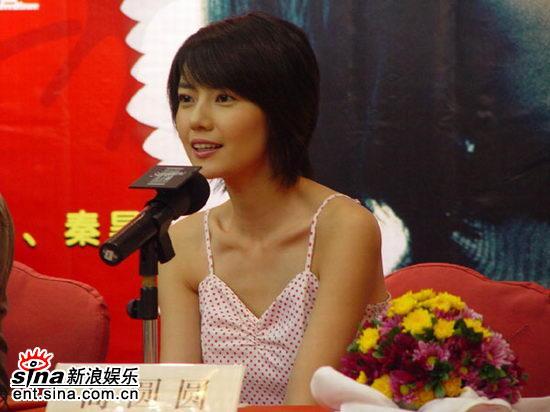 图文:《青红》首映到深圳高圆圆摆POSE显清纯(2)