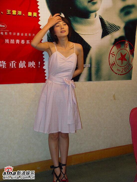 图文:《青红》首映到深圳高圆圆摆POSE显清纯(4)