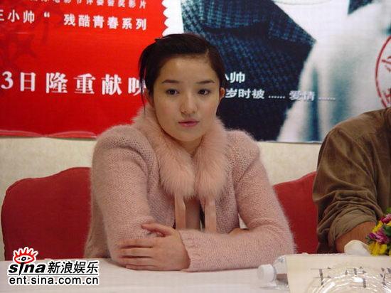 图文:《青红》首映到深圳高圆圆摆POSE显清纯(12)