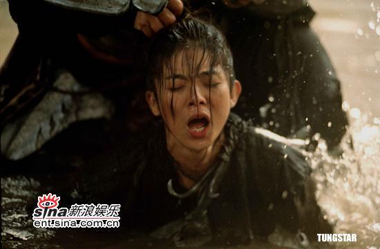 图文:杨采妮冰水中拍《七剑》无怨言--痛苦不堪