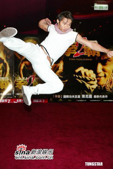 图文:东尼嘉《拳霸2》首映礼-表演象拳