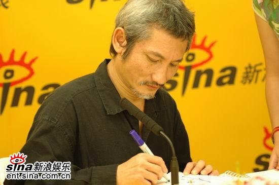 图文:徐克新浪与影迷交流电影《七剑》-现场签名