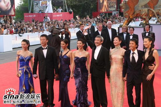 图文:《七剑》走红地毯徐克向观众挥手致意