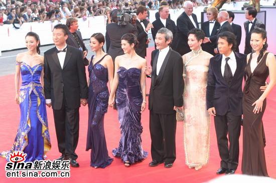 图文:徐克导演率队《七剑》开幕红地毯上合影