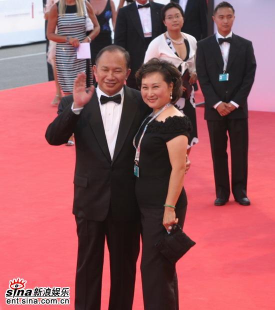 图文:威尼斯电影节开幕吴宇森携妻走上红地毯