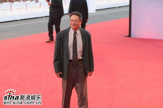 图文:导演李安亮相红地毯神态自若微笑迷人