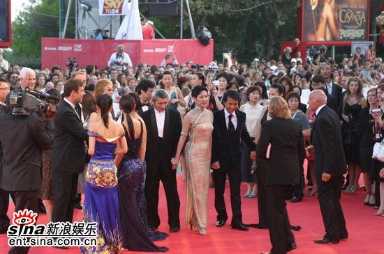 图文:威尼斯影展开幕开幕片《七剑》亮相红毯