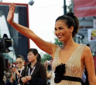 图文:名模依蕾-莎丝特在红毯上挥手致意