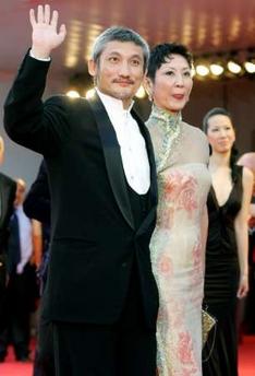 图文:导演徐克携妻子亮相威尼斯影展开幕红毯