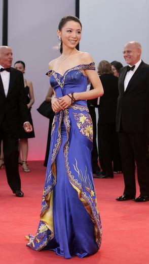 图文:张静初蓝色丝绸晚装走红毯复古格调迷人