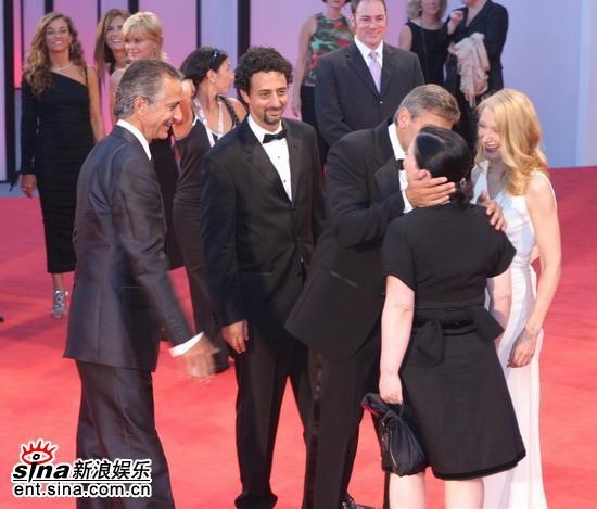 图文:《晚安,好运》红地毯-克鲁尼向女星献吻