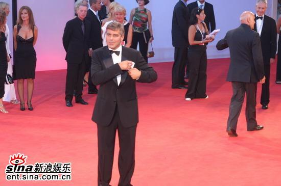 图文:《晚安,好运》红地毯-克鲁尼展绅士风度