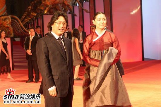 图文:《亲切的金子》首映红毯李英爱和朴赞旭