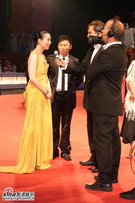 图文:《长恨歌》威尼斯首映--郑秀文接受采访