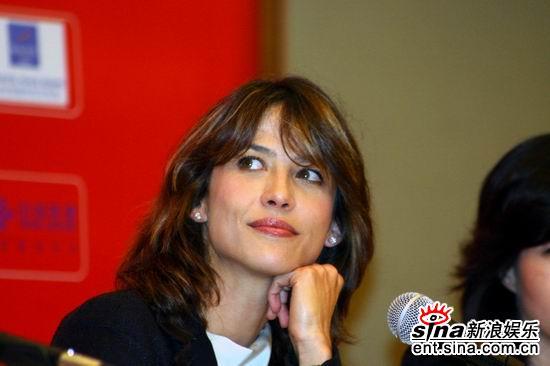 图文:女影星苏菲-玛索出席首映式现可爱一面