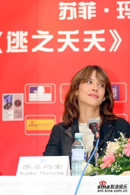 图文:首映式上苏菲-玛索优雅微笑面对记者提问