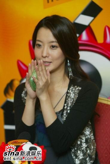 图文:韩国第一大美女金喜善聊《神话》-小动作