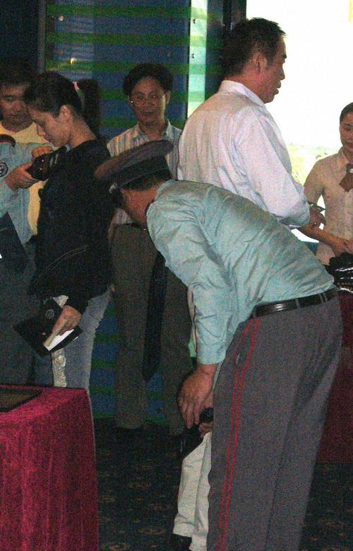 图文:《无极》首映-陈凯歌陈红也必须接受安检