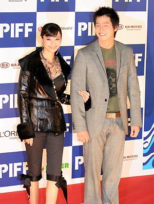 图文:第十届釜山电影节开幕韩彩英和李镇正