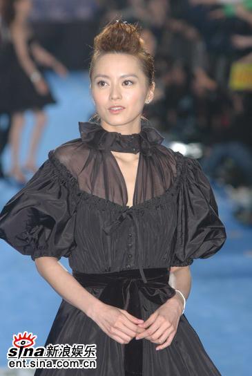 快讯:梁咏琪身着黑色娃娃装亮相红毯清新迷人