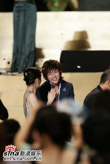 图文:李俊基姜成妍台下嬉笑态度亲密笑容灿烂
